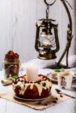 Moosbeermuffin auf einer Platte auf der gedienten Tabelle Lizenzfreies Stockfoto