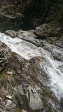 Moosige Wasserfälle auf Felsen stockfotos