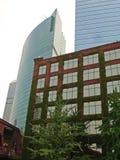 Moosiges Ziegelstein-Gebäude vor glatten Kontrolltürmen Lizenzfreie Stockbilder