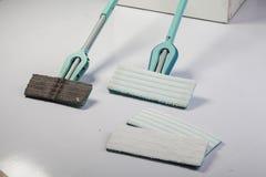Mop για τον καθαρισμό πατωμάτων - παλαιό και νέο Στοκ Εικόνες