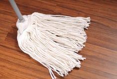 Mop για τον καθαρισμό του ξύλινου πατώματος από τη σκόνη Στοκ φωτογραφία με δικαίωμα ελεύθερης χρήσης
