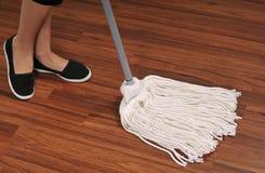 Mop για τον καθαρισμό του ξύλινου πατώματος από τη σκόνη Στοκ Εικόνες
