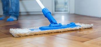 Mop που καθαρίζει ένα ξύλινο πάτωμα Στοκ Εικόνες