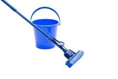 Mop, пластичное ведро, изолированное на белизне Стоковая Фотография