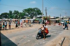 Mopedüberfahrtbahnen auf Myanmar stockfotografie