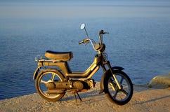 Moped auf dem Ufer Stockfotos