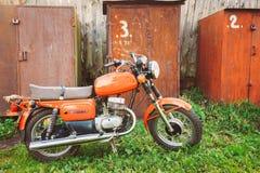Moped för röd motorcykel för tappning generisk in Arkivbilder
