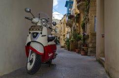 Moped på den lilla smala gatan i Rabat i Malta royaltyfri foto