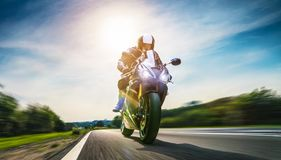 Moped på vägridningen ha gyckel som rider den tomma vägnollan arkivfoton