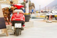 Moped parkerade på den Mithos stranden Bali, Kreta royaltyfri foto