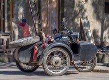 Moped & sida-bil i den Vinales Kuban Arkivbilder