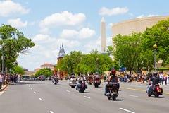 Mopeder samlar och den nationella monumentet Royaltyfria Bilder