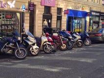 Mopeder som parkeras på gatan Arkivbilder