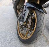Mopedframhjul med det diskettavbrottet och gummihjulet Royaltyfri Bild