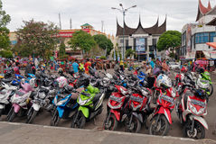 Mopedparkering på gatan Royaltyfri Fotografi