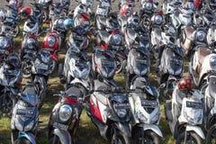 Mopedparkering på gatan Ubud Indonesien Royaltyfri Bild
