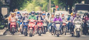 Mopeds, sparkcyklar och stads- trafik i den Ho Chi Minh staden, Vietnam Royaltyfri Bild
