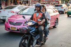 Mopedtaxiservice i Bangkok Arkivfoto