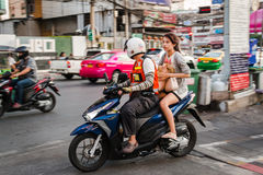 Mopedtaxiservice i Bangkok Arkivbilder