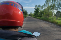 Mopedtreiber auf Straße am Sommertag - reisen Sie durch Motorrad Konzept Stockbilder