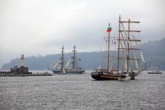 MoPort Varna podczas Dziejowych morzy statku Wysokiego Regatta 2014.del retro samochód. Zdjęcia Royalty Free