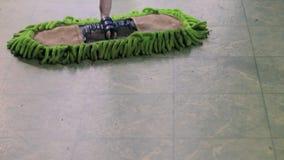 Mopping πάτωμα σφουγγαριστρών σκόνης απόθεμα βίντεο