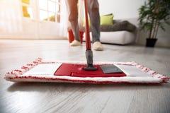 Mopping i cleaning pokój Fotografia Royalty Free