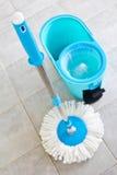 Mops und Eimer Wasser. Lizenzfreies Stockfoto