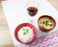 Moqueca av fisken och spanska peppar, matbrasilian som tjänas som med vita ris, på en trätabell royaltyfri bild