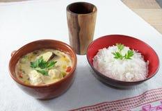 Moqueca von Fischen und von grünem Pfeffer, Nahrungbrasilianer, gedient mit weißem Reis, auf einem Holztisch stockbild