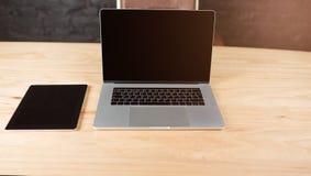 Moquerie avec le comprimé numérique et le filet-livre Lieu de travail avec des instruments Images libres de droits