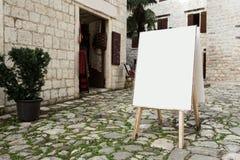 Moquerie blanche de panneau publicitaire porté par un homme-sandwich de support de publicité extérieure de blanc vers le haut de  photo stock