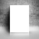 Moquerie blanche vide d'affiche se penchant sur le mur grunge de studio images stock