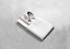 Moquerie blanche vide de serviette de tissu de restaurant avec les couverts argentés Photographie stock
