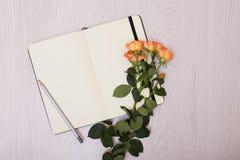 Moquerie créative vers le haut de la disposition faite avec l'espace de copie sur la table Ouvrez le carnet à dessins Photographie stock