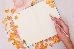 Moquerie créative vers le haut de la disposition faite avec l'espace de copie sur la table Ouvrez le carnet à dessins Main Image stock
