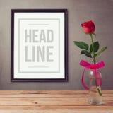 Moquerie d'affiche vers le haut de calibre avec la fleur rose sur la table en bois Photo libre de droits