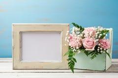 Moquerie d'affiche vers le haut de calibre avec le bouquet rose de fleur dans la boîte Photographie stock