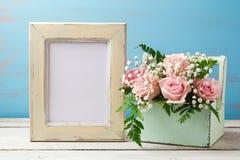 Moquerie d'affiche vers le haut de calibre avec le bouquet rose de fleur dans la boîte Image libre de droits