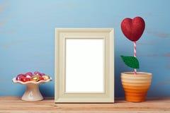 Moquerie d'affiche vers le haut de calibre pour la Saint-Valentin avec la fleur et les chocolats de forme de coeur Photo libre de droits
