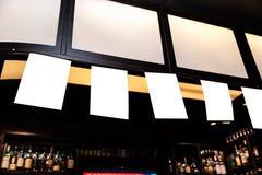 Moquerie d'annonce de blanc vers le haut de cadre sur le fond brouillé de la barre - l'espace vide pour la publicité photographie stock libre de droits