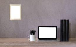 Moquerie d'espace de travail vers le haut de contemporain et d'ordinateur portable Photo libre de droits