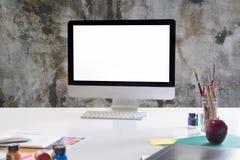 Moquerie d'espace de travail vers le haut de la table blanche avec l'ordinateur moderne, colo de l'eau Photos stock