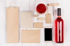 Moquerie d'identité d'entreprise pour l'industrie vinicole, emballage, papeterie, téléphone sur le fond en bois blanc mou Photo stock