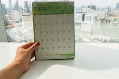 Moquerie d'isolement de prise de femme vers le haut de calendrier créatif de juillet de conception Photos stock