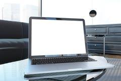 Moquerie d'ordinateur portable vers le haut d'écran dans le salon blanc Photographie stock
