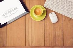 Moquerie de bureau vers le haut de calibre avec la tasse de comprimé, de clavier et de café Vue de ci-avant Images libres de droits