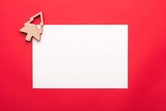 Moquerie de carte de voeux vers le haut de calibre avec des décorations de Noël sur le fond en bois Vue de ci-avant Photo stock