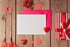 Moquerie de carte de voeux vers le haut de calibre pour la Saint-Valentin sur le fond en bois Vue de ci-avant Photo stock