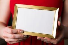 Moquerie de jour de valentines, femme tenant le cadre vide en plan rapproché de mains photos libres de droits